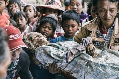 rituales funerarios indonesia